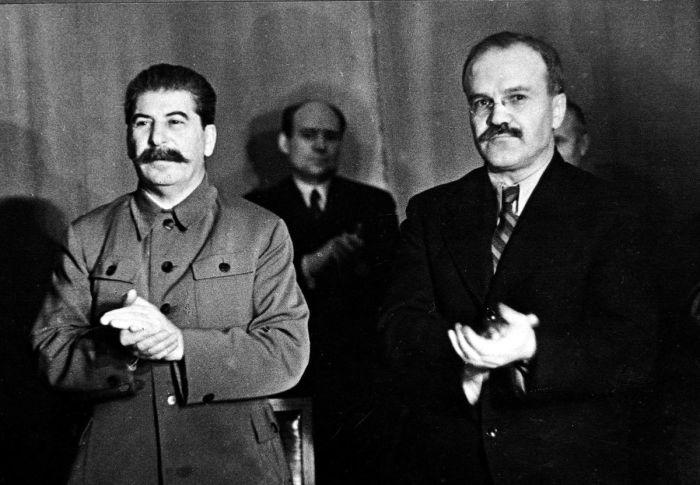 Молотов остался предан Сталину, но моховик был уже запущен: вождь утратил к нему доверие, упрекая в том, что он был слишком откровенен с супругой-еврейкой. /Фото:lenincrew.com